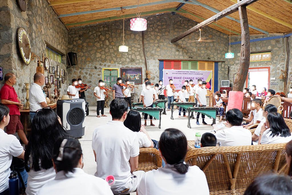 Residents of Bahay at Yaman ni San Martin de Porres Inc. (BYSMPI) prepared a music instrument performance for SET personnel.